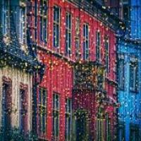Célébrations, partages, lumières colorées, sapin, cadeaux, rires et délicieux petits plats…